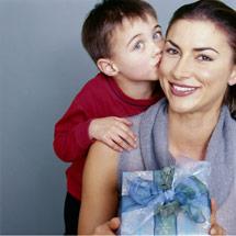 Sohn küsst Mutter auf die Wange