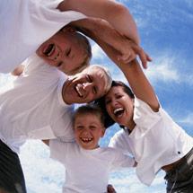 Glückliche Familie steckt die Köpfe zusammen